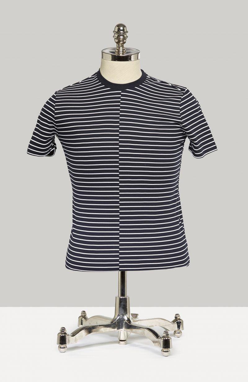 Armani T-shirt með röndum. Þessi er flottur undir blazerinn þinn.